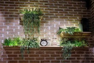 Foto 2 - Interior di Uncle Tjhin Bistro oleh Verdi Danutirto