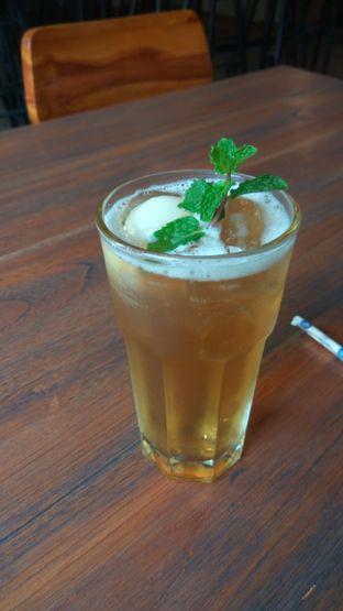 Foto 1 - Makanan(Ice Lychee Tea (IDR 32k) ) di Burns Cafe oleh Renodaneswara @caesarinodswr