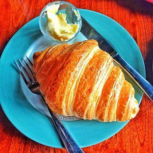 Foto 14 - Makanan(Croissant ) di Convivium oleh duocicip