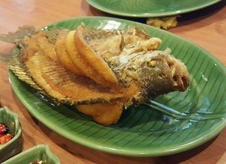 Suka Makan Ikan? Ini Cara Mengatasi Tersedak Duri Ikan