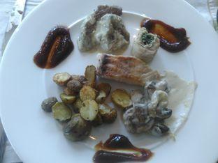 Foto 3 - Makanan(Chicken roolade & Halibut) di Arts Cafe - Raffles Jakarta Hotel oleh Renodaneswara @caesarinodswr