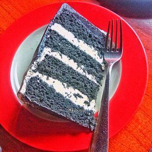 Foto 2 - Makanan(Charcoal cake) di Convivium oleh duocicip
