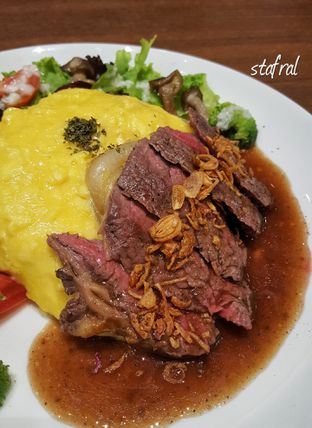 Foto 1 - Makanan(Omu Rice & Beef Steak with Salad) di Hoshino Coffee oleh Stanzazone