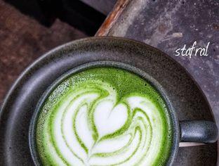 Foto 5 - Makanan(Green Tea Latte) di Kopi Nalar oleh Stanzazone