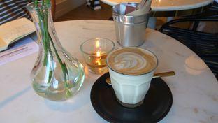 Foto 1 - Makanan(Chai Latte (IDR 45k) ) di Toby's Estate oleh Renodaneswara @caesarinodswr