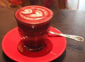 8 Cafe dengan Menu Red Velvet Latte Paling Recommended