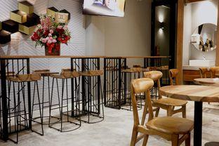Foto 12 - Interior di MacKenzie Coffee oleh Mola Hidratinum