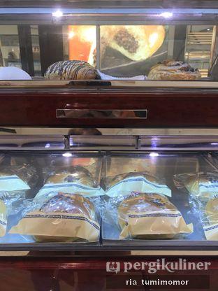 Foto review Holland Bakery oleh Ria Tumimomor IG: @riamrt 4