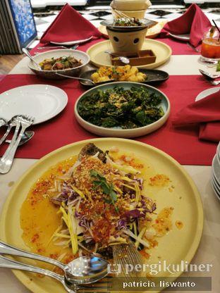Foto 4 - Makanan(Gurame mango salad &salted fish crispy kailan & salted egg tofu) di Eastern Opulence oleh Patsyy