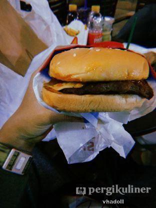 Foto 1 - Makanan(Classic Cheese Burger) di Carl's Jr. oleh Syifa