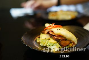 Foto 4 - Makanan(Gyutan Bao) di Hatchi oleh @teddyzelig