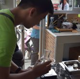 Foto Bartender di Logika Coffee