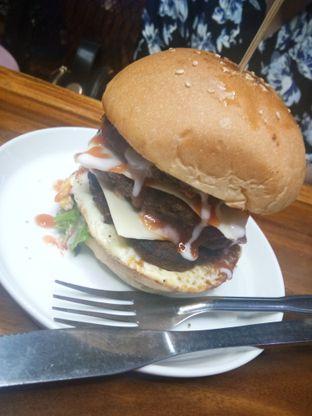 Foto 2 - Makanan(Burger Monster Lumer) di BLW Cafe oleh mamam enak