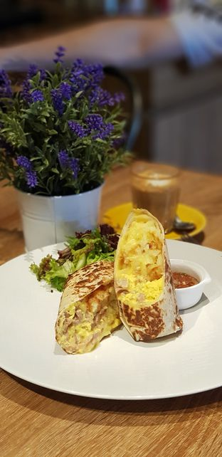 Foto 1 - Makanan(Burito for breakfast) di Dancing Goat Coffee Co. oleh CumaYangEnak