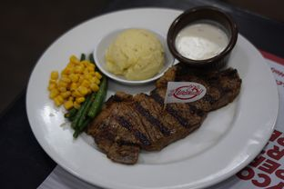Foto 2 - Makanan(Wagyu Sirloin Steak) di Holycow! STEAKHOUSE by Chef Afit oleh Fadhlur Rohman
