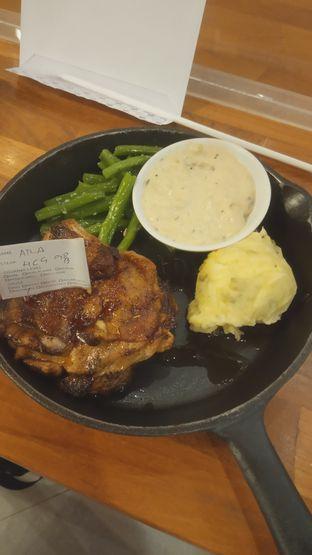 Foto 1 - Makanan(Holy Chicken Steak (IDR 79k) ) di Steak Hotel by Holycow! oleh Renodaneswara @caesarinodswr