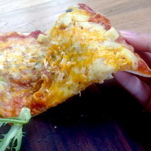 Foto 3 - Makanan(Cheese Pizza) di Bellamie Boulangerie oleh Dianty Dwi