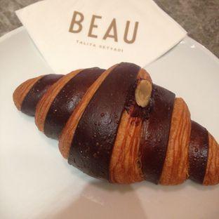 Foto 1 - Makanan(Chocolate Injected Bicolor Chocolate Croissant) di Beau oleh Pengembara Rasa