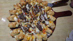 Foto 1 - Makanan(Grilled Steak Pizza) di Pizza Hut oleh Yummyfoodsid