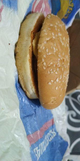 Foto 2 - Makanan(lihat betapa tipis daging dan keju di dalam rotinya) di Carl's Jr. oleh Ika Refata