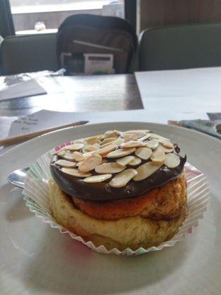 Foto 2 - Makanan(Chocolate Almond Cinnamon Roll) di Two Cents oleh Fadhlur Rohman