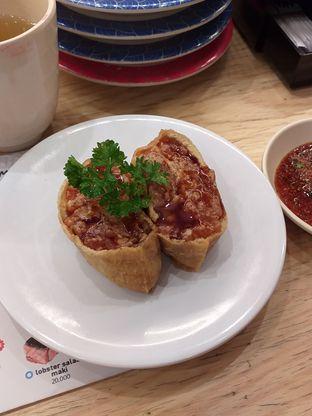 Foto 6 - Makanan(Inari Spicy Salmon) di Tom Sushi oleh Qorry Ayuni