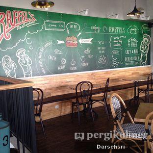 Foto 15 - Interior(Lantai Dua) di Raffel's oleh Darsehsri Handayani