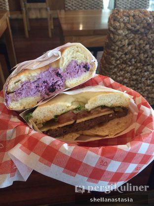 Foto 1 - Makanan(Bagel Blueberry & Bagel Bulgogi ) di Caffe Bene oleh Shella Anastasia