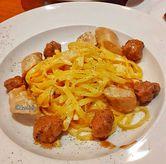 Foto cheese wheel and sausage pasta di Pancious