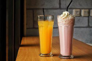 Foto 8 - Makanan(Orange Juice and Strawberry Milkshake) di The H Cafe oleh Fadhlur Rohman