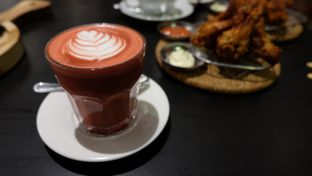 Foto 2 - Makanan(Red Velvet Latte) di Kickass Coffee Works & Hubble Scoop Creamery oleh Claudia @claudisfoodjournal
