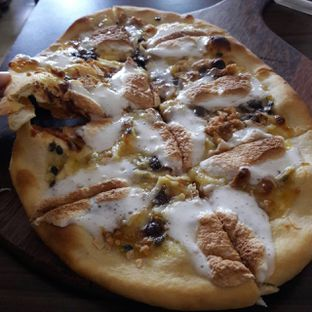 Foto 4 - Makanan(S'mores Pizza) di Miss Bee Providore oleh itschubbybelly