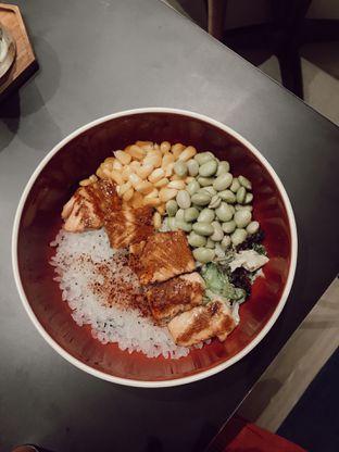 Foto 2 - Makanan(Salmon Poke Bowl) di Kavove Cafe oleh Saturdating