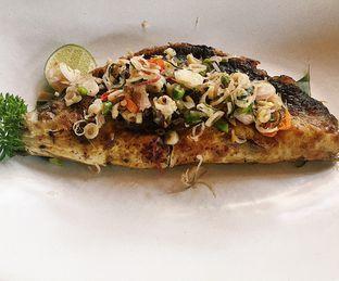 Foto 1 - Makanan(Bandeng Bakar Sambal Mata) di Kayu - Kayu Restaurant oleh Yuliana Marbun