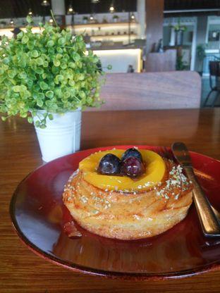 Foto 2 - Makanan(Fruit Creme Brulee Danish) di Bellamie Boulangerie oleh Fadhlur Rohman