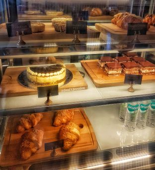 Foto 5 - Interior di Phos Coffee oleh foodXpression