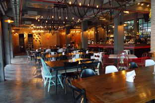 Foto 2 - Interior di Common People Eatery & Bar oleh Muhammad Fadhlan