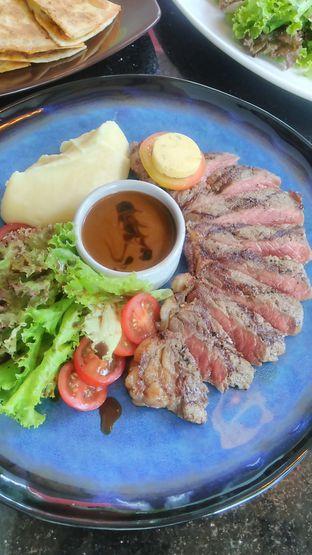 Foto 7 - Makanan(Australian Sirloin (IDR 135k + 48k)) di Indoguna Gourmet oleh Renodaneswara @caesarinodswr