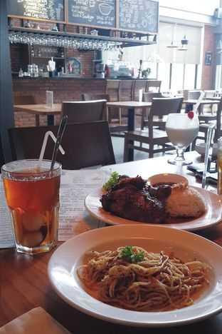 Foto - Makanan(Ayam Panggang Madu, Aglio Olio, Iced Lychee Tea, ) di Intro Jazz Bistro & Cafe oleh Claudia @claudisfoodjournal