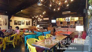 Foto 5 - Interior di Reunion (Qubik Caffe) oleh AndaraNila