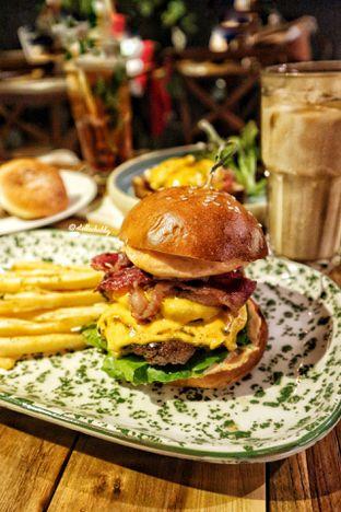 Foto 2 - Makanan(Double bacon cheeseburger) di Six Ounces Coffee oleh Stellachubby