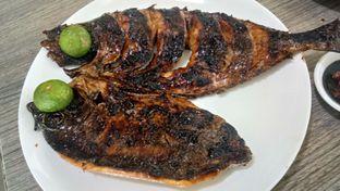 Foto 1 - Makanan(Ikan Kuwe Bakar) di Aroma Dermaga Seafood oleh Komentator Isenk