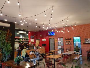 Foto 6 - Interior di Cafe Broker oleh Amrinayu
