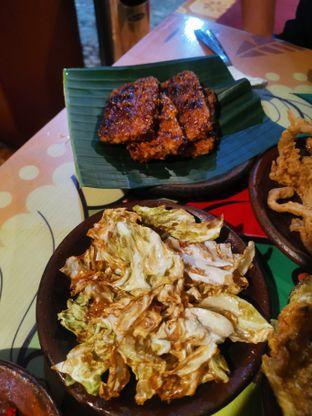 Foto 1 - Makanan(Tempe Bakar & Kubis Goreng) di Waroeng SS oleh Angela Debrina