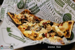 Foto 8 - Makanan(Chicken Carbonara Pizza) di Quiznos oleh Irene Stefannie @_irenefanderland