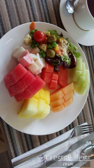 Foto 1 - Makanan(Salad and Assorted Fruits) di Mint & Pepper - Mercure Serpong Alam Sutera oleh @teddyzelig