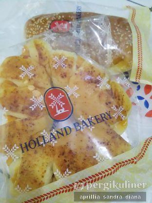 Foto 4 - Makanan(Roti Smoked Beef Cheese Ring) di Holland Bakery oleh Diana Sandra