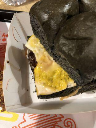 Foto 1 - Makanan(Black bun Cheese Burger) di Smack Burger oleh Vanessa Agnes