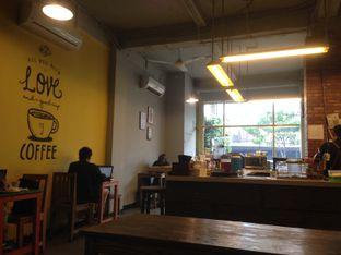 Foto 5 - Interior di Yellow Truck Coffee oleh Qeqee Kusumawardani