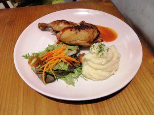 Foto 1 - Makanan(Grilled half chicken) di Ravelle oleh Linda Susanto